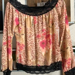 Beautiful lace trim flower print blouse.
